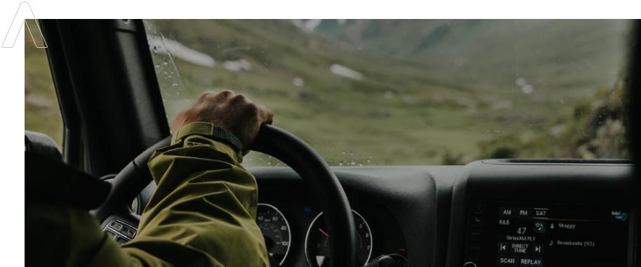 vista interior de un coche con conductor