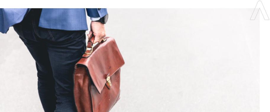 empresario con su maletín y su seguro para empresas en murcia