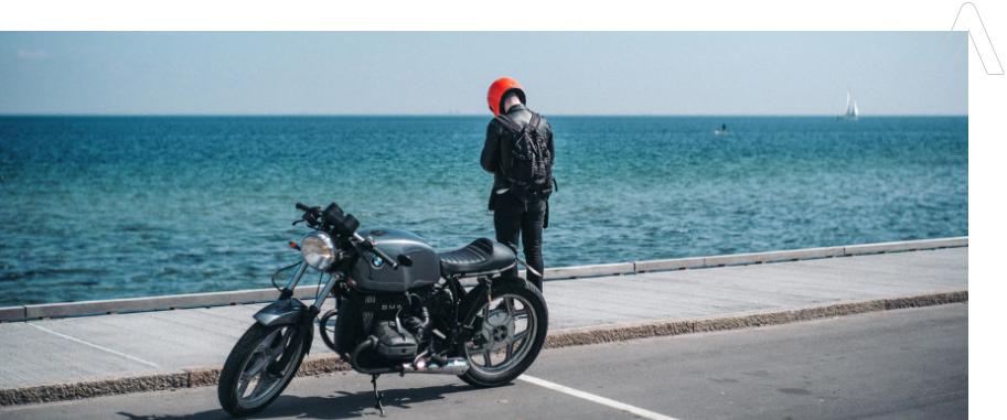 motociclista relajado con su seguros de moto en murcia